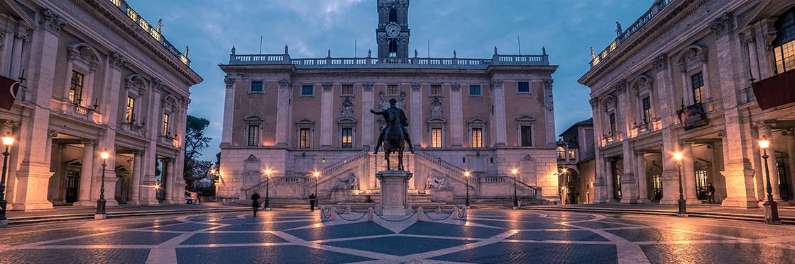 Visita serale dei fori imperiali illuminati, dal Colosseo al Campidoglio